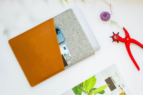 Felt MacBook case // CULT (Brown/Light)